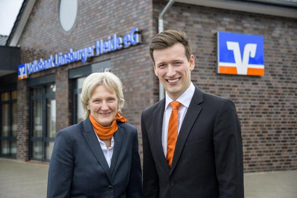 Die Volksbank ist gleich gegenüber eingezogen: Kundenberaterin Christiane Neubüser und Filialleiter Michel Peters vor der neuen Filiale in Ramelsloh.