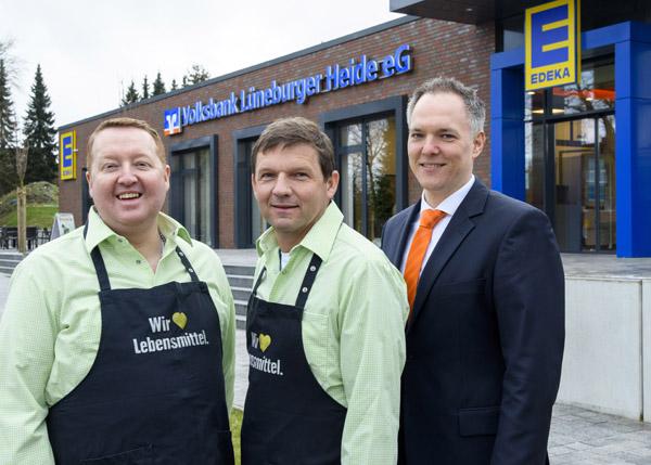 Ortstermin in Sprötze: Dennis Zelmer, Unternehmensberater der Volksbank Lüneburger Heide eG, sowie die Firmeninhaber des Edeka-Frischemarkts Schreiber, Ingo und Ulf Schreiber.