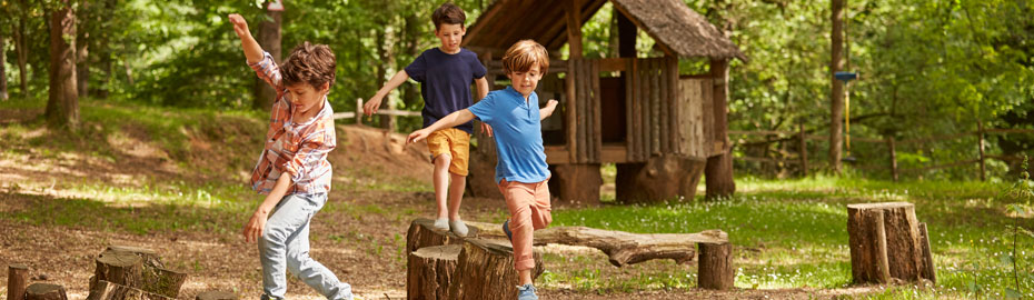 Kinder balancieren im Wald